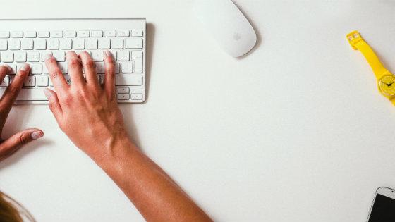 woman-typing-on-keyboard-seo-in-cme